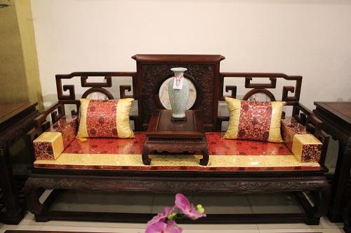 家具购买之新婚夫妇客厅放红木沙发好看吗