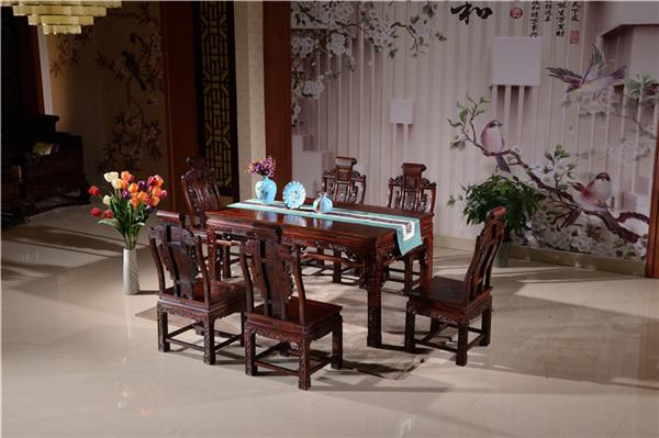 红木餐桌表面放什么比较好