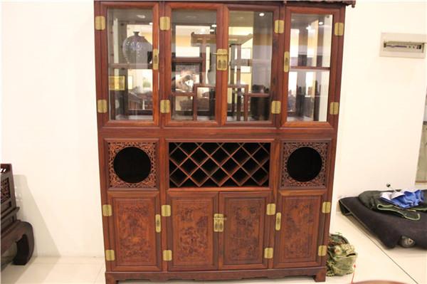红木酒柜搭配什么沙发外观美感诠释更强