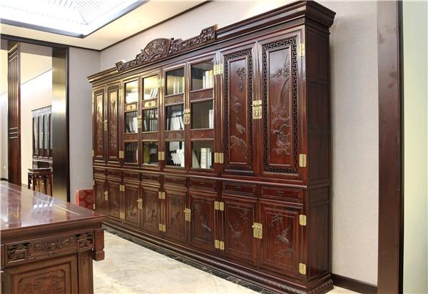 红木书柜放什么书籍能够凸显美感