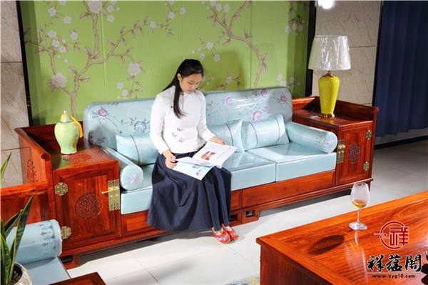 对于新婚夫妇来讲在客厅放红木沙发好看吗